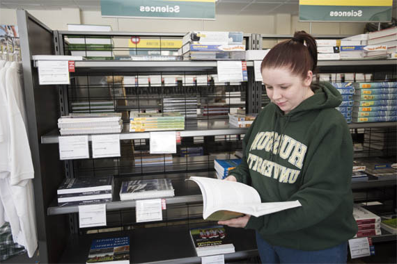 Student shops for Husson merchandise in the Mary MacDonald 书店